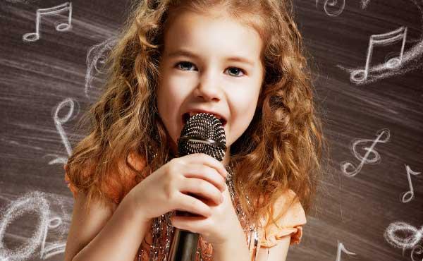 のどを大きく開けて歌う女性