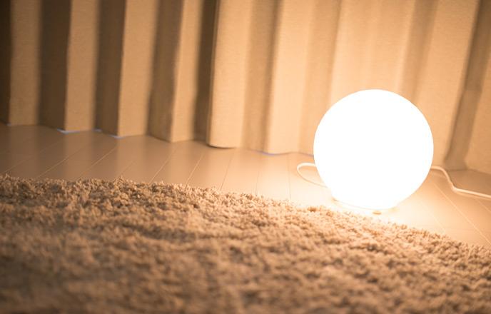 床に置かれた間接照明