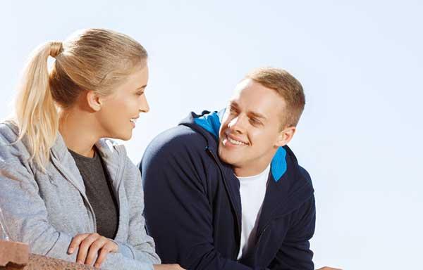 ジョギング後に会話をする男と女