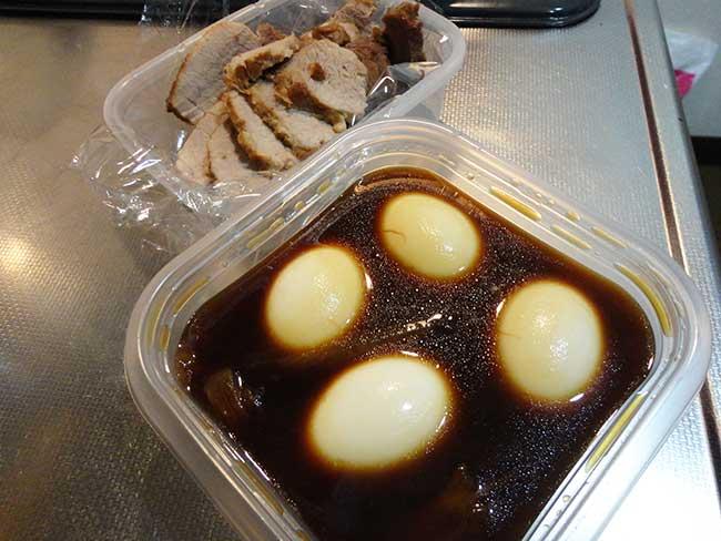 卵を煮汁に浸す