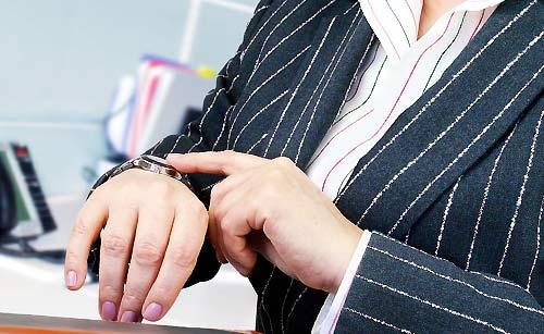 時計を指さす女性