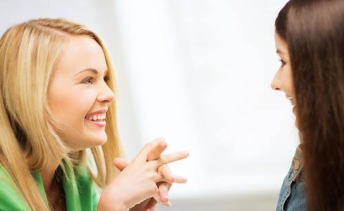 雑談する女子学生