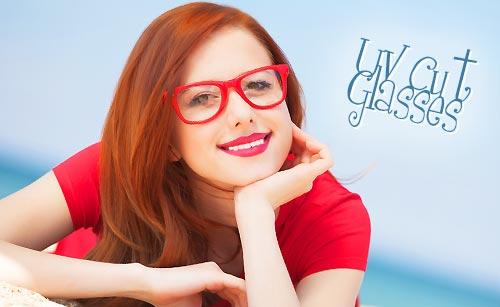 UVカット眼鏡をかける女性