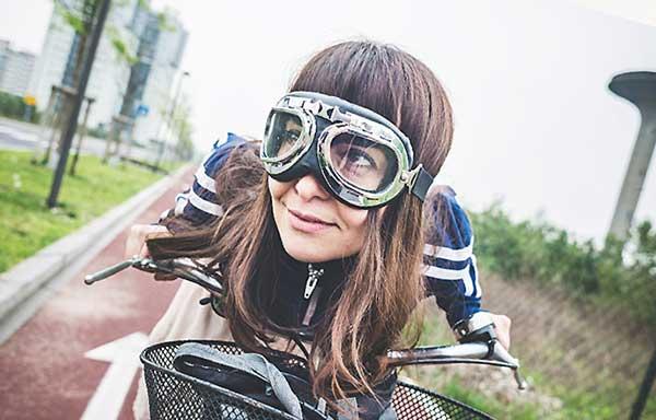 自転車で街を疾走する女子
