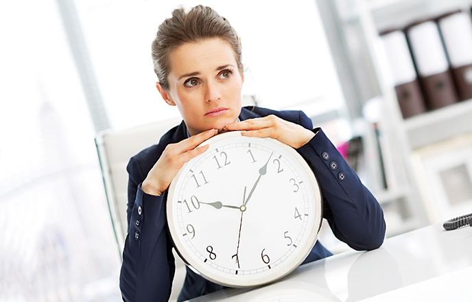 時計を持ち悩む女