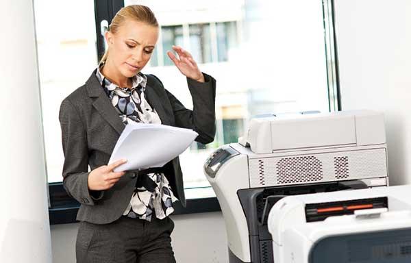 仕事に奮闘する女性
