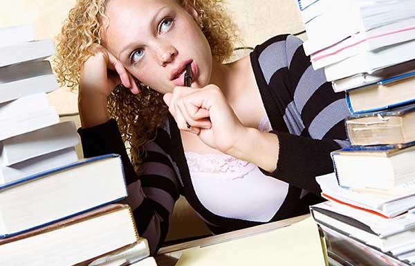宿題のやる気が起きない女性