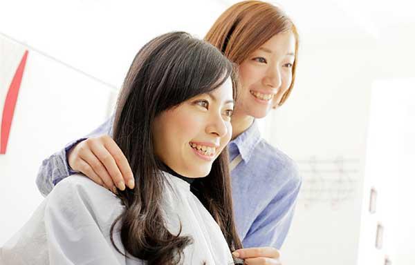理容師と会話している女性