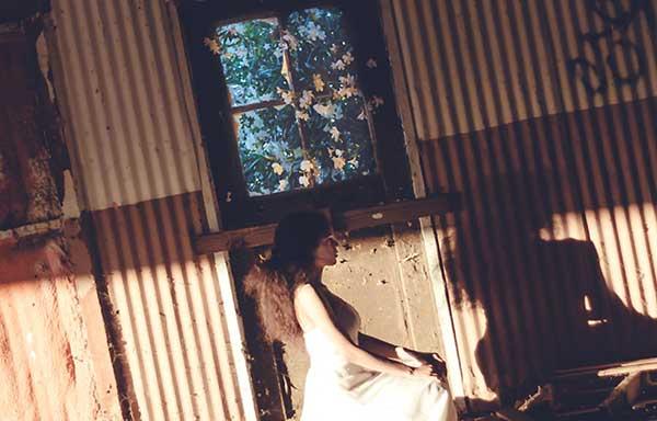 小屋の中でたたずむ少女
