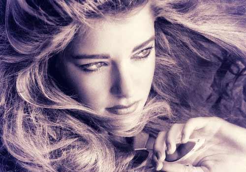 鋭い視線の女性