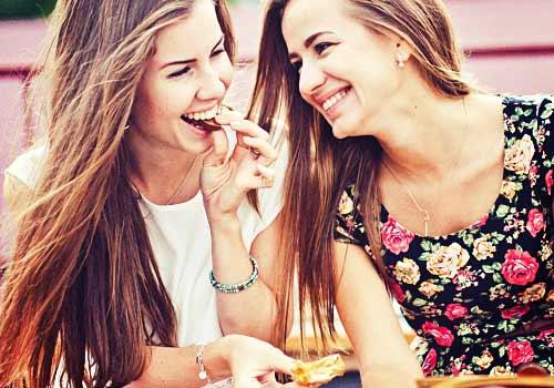 チョコレートを食べあう女子