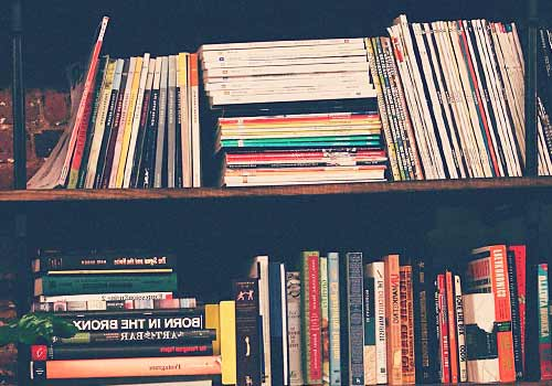 雑誌が積みあがった棚