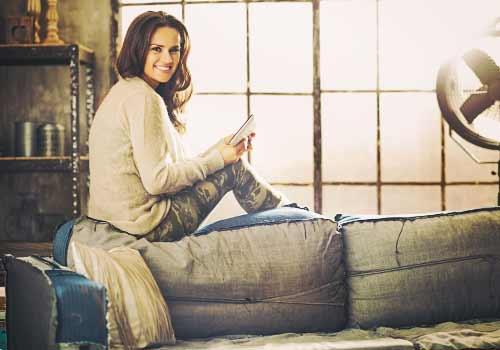 ソファーの上に座る女性