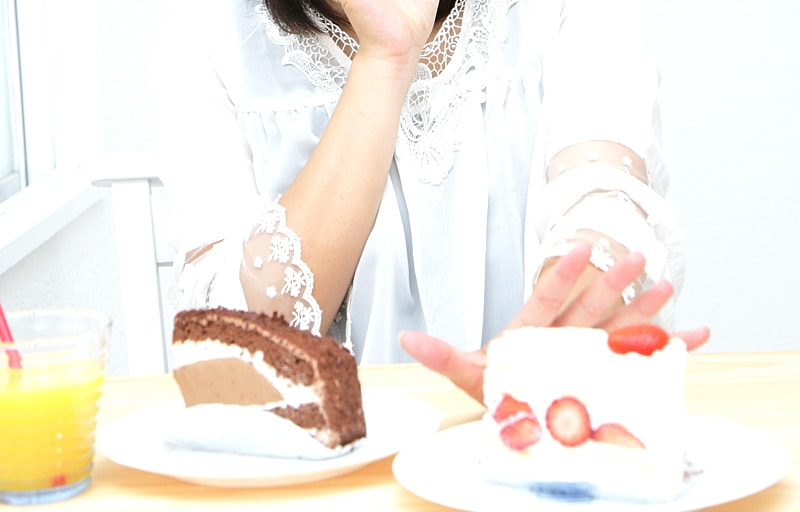ケーキを拒む女性