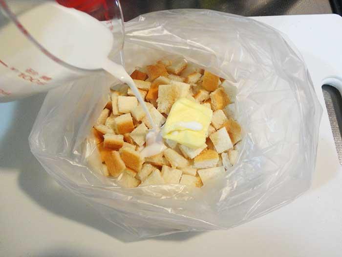 パンの耳に牛乳とバターを入れる