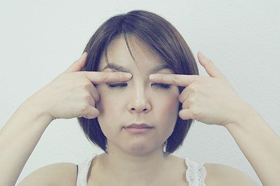 目を閉じて、目頭から目尻方向へ指で軽く押していく