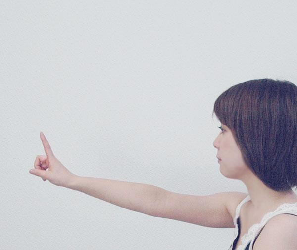 腕を伸ばして人差し指を目の前に立てて、指先に視線を合わせる