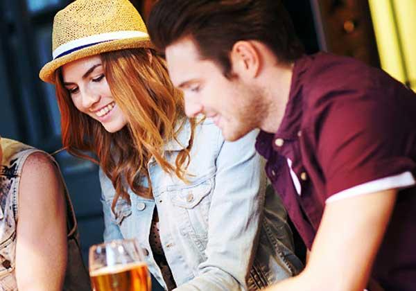 バーで会話を楽しむ男女