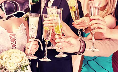 結婚式で乾杯する男女