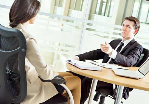 上司に仕事の報告をする女性