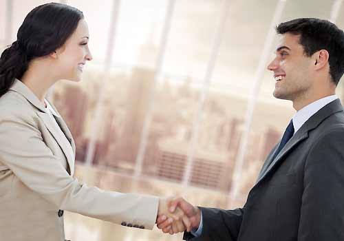 仕事の契約に成功した女性