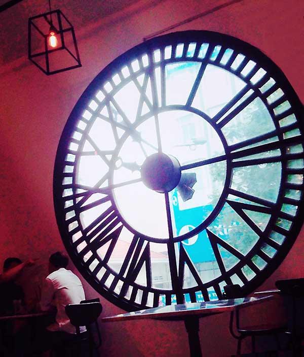 時計のような丸くて大きい窓がまさしくアートですね