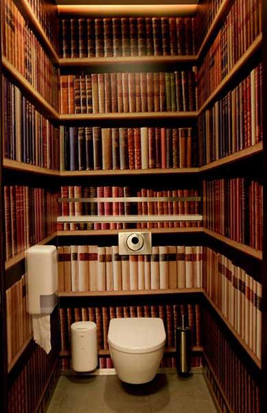 本に囲まれたトイレっぽい壁紙