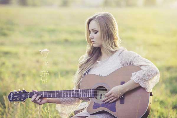 ギターでリラックスな女性