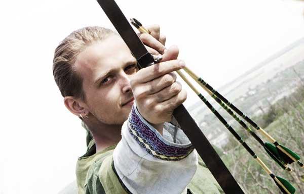 弓矢で獲物を狙う男