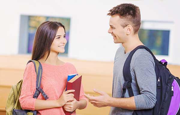 会話する学生