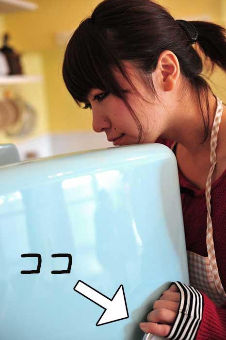 食中毒予防に冷蔵庫の取っ手を握る女性
