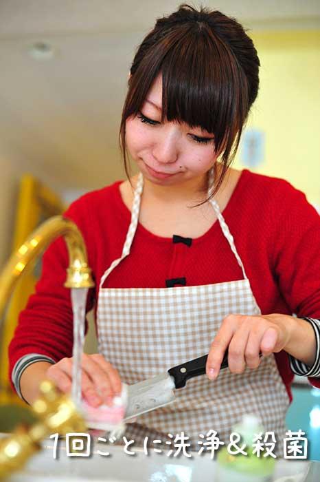 食中毒対策で包丁を洗う女性