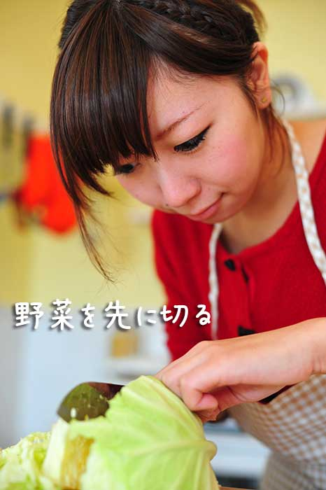清潔な包丁とまな板で野菜を切る女性