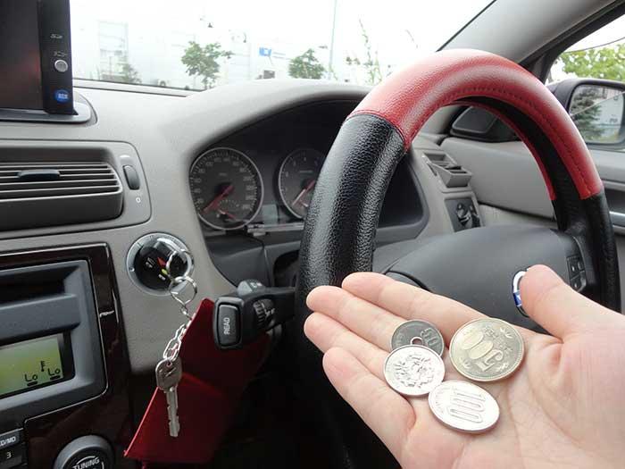 小銭を渡す女性