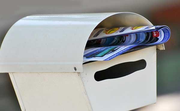郵便物が溜まったポスト