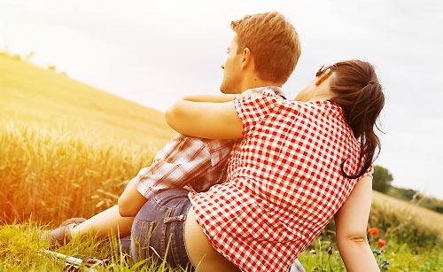 恋人を慰める女性