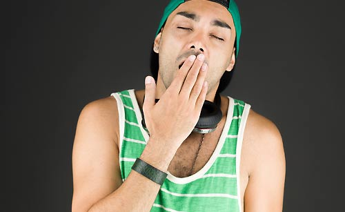 「あくび」をする男性