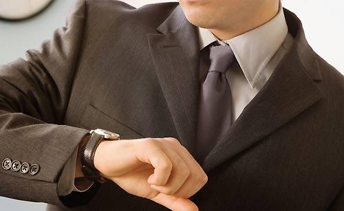 腕時計を見る男性