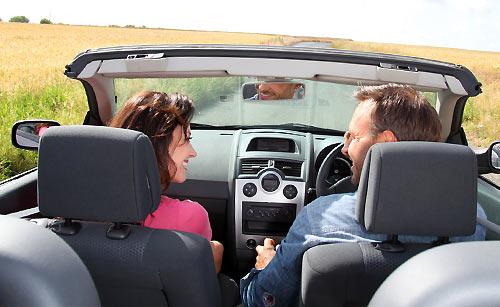 ドライブでのアクシデントから恋人を安心させる女性