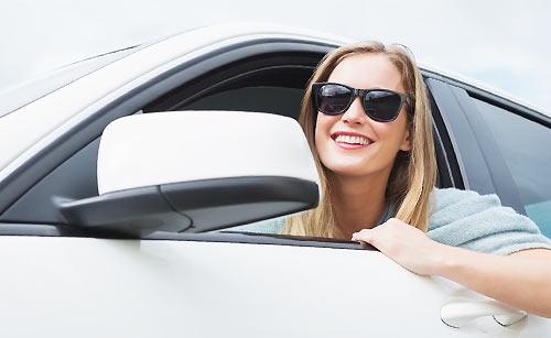車の窓を開け遠くを見る女性