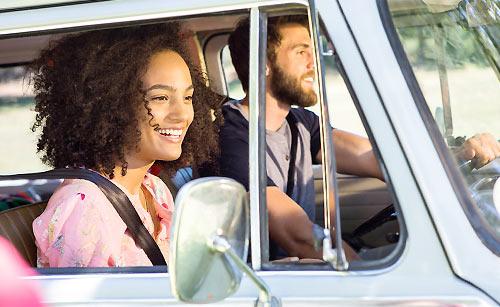 ドライブ宙に会話するカップル