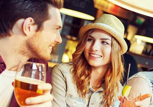 バーで酒をのむ男と女