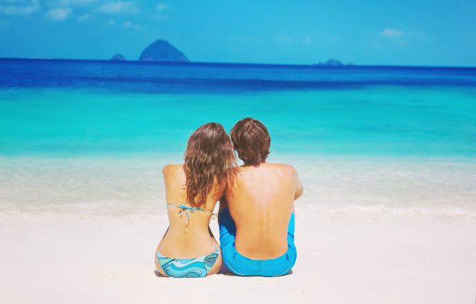 ビーチで寄り添うカップル