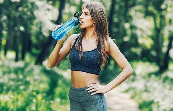 運動前に水を飲む女性