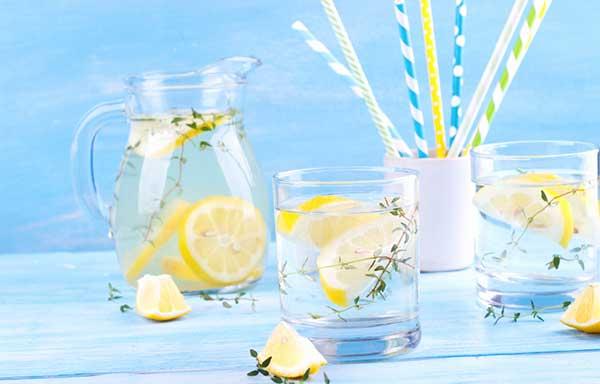 レモンを入れた水