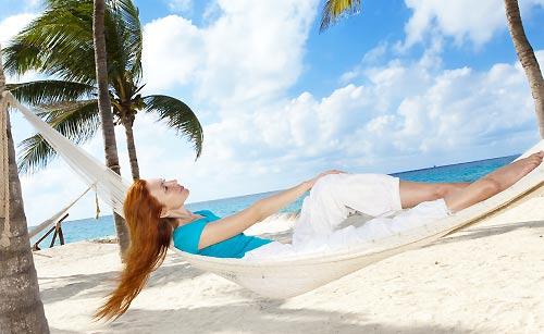 砂浜でバカンスを楽しむ女性