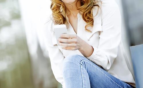 メールを送信する女性