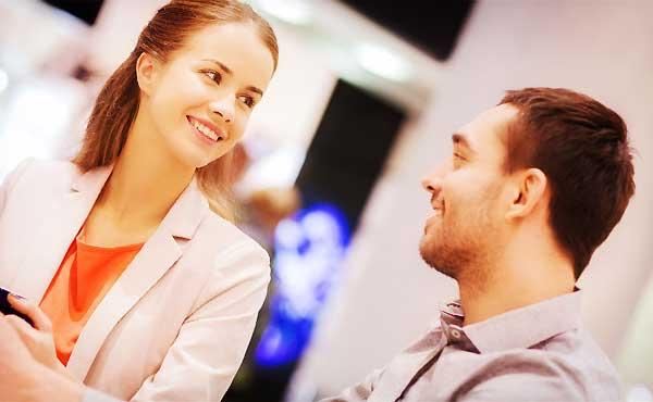 好きな人へ話しかける方法・会話は「男性がよろこぶ話題」が武器に!