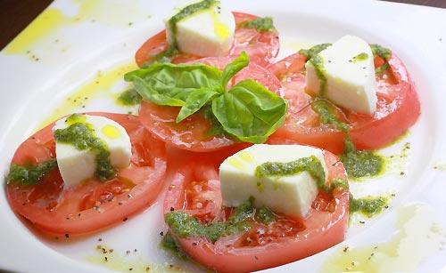 新鮮なトマトを使ったカプレーゼ