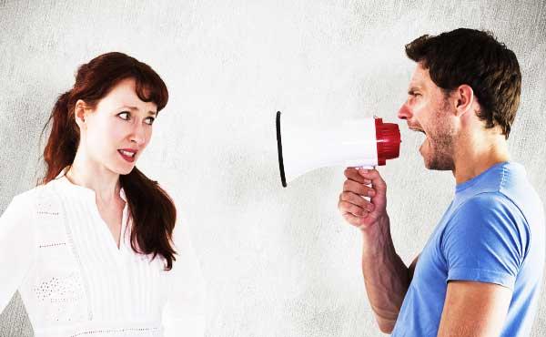 男性の不満の理由を聞く女性
